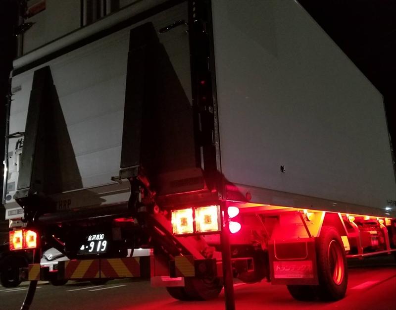 軽貨物車による食品配送のスタッフ